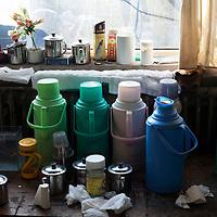 BEIJING, 3.DEZ.2015 : Wasserbehaelter fuer Tee und persoenliche Utensilien der Arbeiter in den Werkhallen.