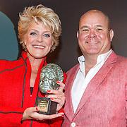 NLD/Amsterdam/20150529 - Uitreiking Johan Kaart prijs 2015, Simone Kleinsma met haar prijs en Paul de Leeuw