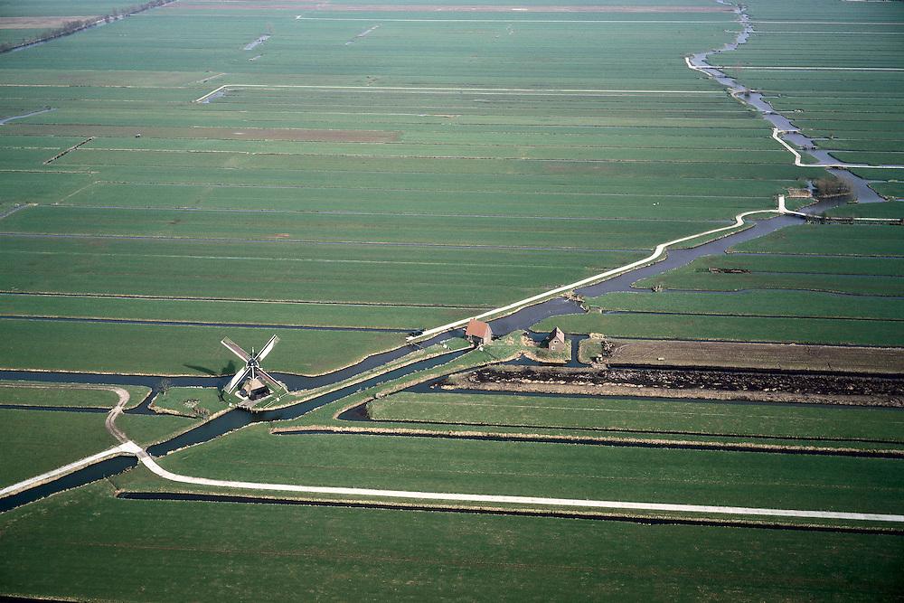 Nederland, Utrecht, Lopikerwaard, 08-03-2002; windmolen aan afwateringskanaal (wetering) met bijbehorende sloten; watermolen sloot waterhuishouding waterland landschap verkaveling veenweidegebied weiland polder dijk natuur recreatie cultuurlandschap;<br /> luchtfoto (toeslag), aerial photo (additional fee)<br /> foto /photo Siebe Swart