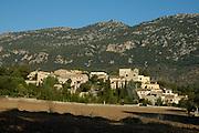 Spanien Spain,Mallorca Balearen....Orient....Blick auf Dorf im Tal, Berge im Hintergrund (Serra de Alfabia)....valley with village, hills in background (Serra de Alfabia)........