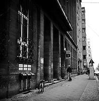 En hund står i bånd og venter på eigeren utenfor en politistasjon i Øst Berlin.<br /> <br /> Berlin street photography 2010. Gatefotografi fra Berlin i 2010.<br /> <br /> Foto: Svein Ove Ekornesvåg