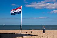 Europa, Niederlande, Paar und Hund am Strand bei Vrouwenpolder auf Walcheren.<br /> <br /> Europe, Netherlands, couple and dog at the beach in Vrouwenpolder on the peninsula Walcheren.
