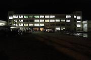 Le collège du port, Minato Shogakko, se trouve au pied du massif. Le 11 mars, la vague est venue le frapper et en a inondé les 4 mètres du premier niveau. Dès le premier jour, plus de 1500 rescapés ont investi les étages supérieurs et ont transformé les salles de classe en lieu de repli. Ce moment a marqué le début de la création du centre de réfugiés, qui a évolué par la suite en centre de volontaire..Aujourdhui, le centre accueille 109 familles, soit 188 personnes réparties sur les 18 salles. À la nuit tombée, les lumières séteignent vite.
