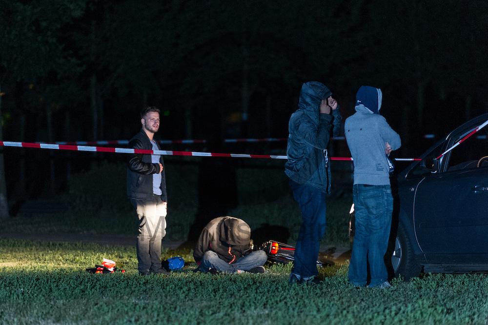 Ein mutma&szlig;licher Autobrandstifter (sitzend) wurde am 06.07.2016 in Lichtenberg, Berlin, Deutschland von der Polizei verhaftet. Wegen des andauernden Polizeieinsatzes in einem besetzten Haus in der Rigaer Stra&szlig;e kommt es vermehrt Nachts zu Brandanschl&auml;gen auf Autos und andere Gegenst&auml;nde. Foto: Markus Heine / heineimaging<br /> <br /> ------------------------------<br /> <br /> Ver&ouml;ffentlichung nur mit Fotografennennung, sowie gegen Honorar und Belegexemplar.<br /> <br /> Bankverbindung:<br /> IBAN: DE65660908000004437497<br /> BIC CODE: GENODE61BBB<br /> Badische Beamten Bank Karlsruhe<br /> <br /> USt-IdNr: DE291853306<br /> <br /> Please note:<br /> All rights reserved! Don't publish without copyright!<br /> <br /> Stand: 07.2016<br /> <br /> ------------------------------