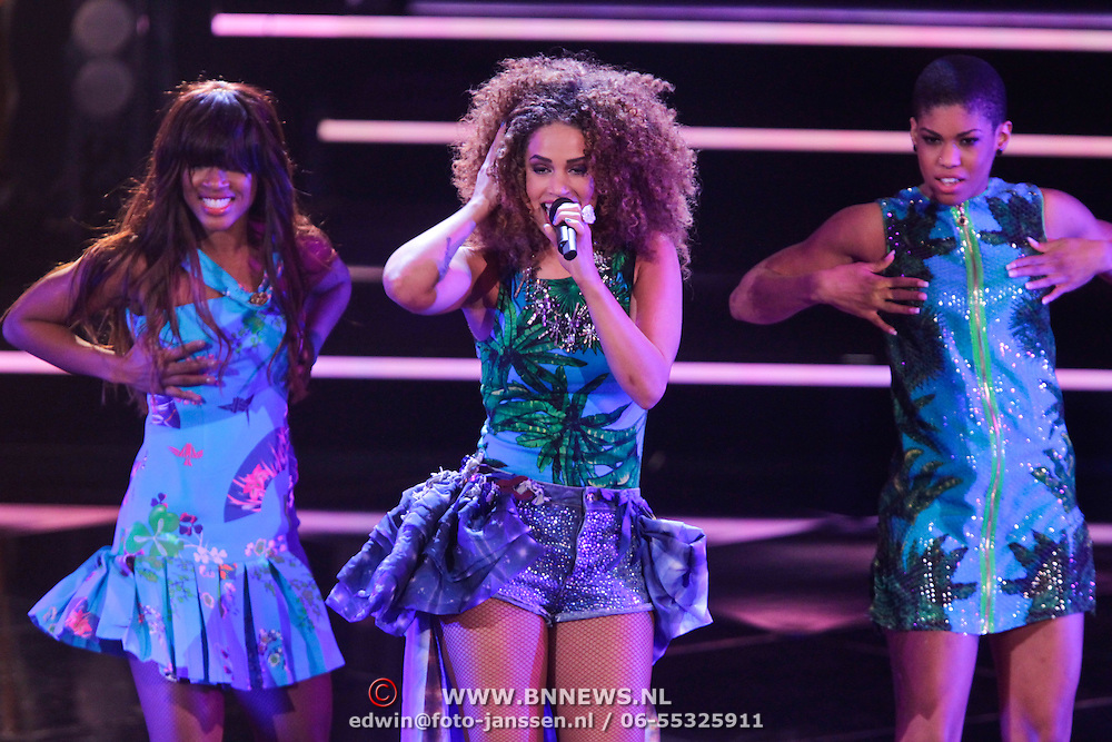 NLD/Hilversum/20111209- The Voice of Holland 2011, 2de live uitzending, Sharon Doorson