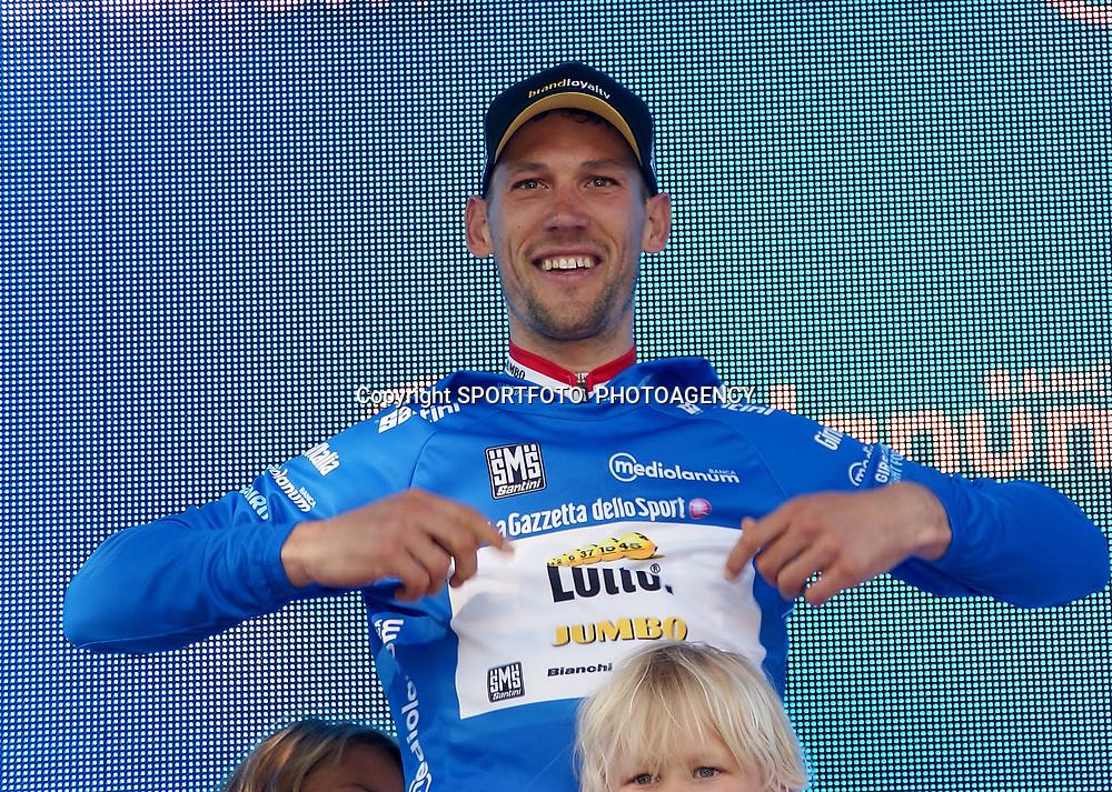 08-05-2016: Wielrennen: Giro: Arnhem <br /> ARNHEM (NED) wielrennen <br /> De tweede etappe van de voerde het peloton door de over Betuwe en de Liemers. Maarten Tjallingi was zeer actief en werd beloont met de bergtrui