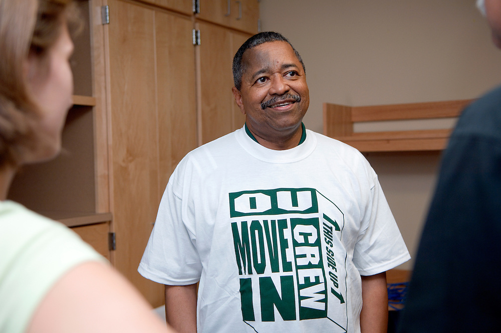 18352President McDavis greeting students during the freshman move in on Friday, August 31, 2007..President McDavis talks to Mike(Father) & Alyse Kordenbrock from Cincinnati, OH