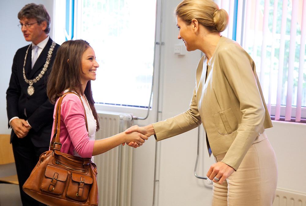 """Nederland Amersfoort 15-09-10 Prinses Maxima bezoekt ROC Asa een praat met begeleiders en jongeren die deelnemen aan projecten gesteund door het oranjefonds.Projecten """"Coach & Cootje"""" en """"Coach & Co""""  Foto: Marco Hofste"""