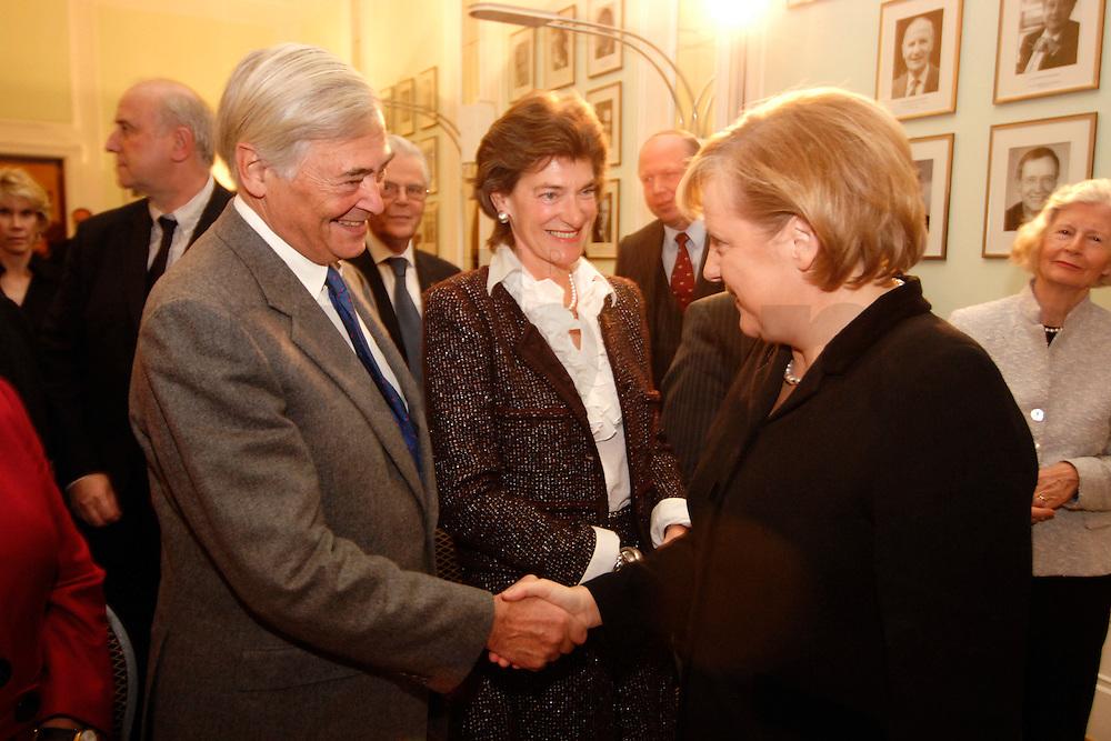 08 NOV 2006, BERLIN/GERMANY:<br /> Baron Friedrich Cark v. Oppenheimer (L), und Baronin Marie Rose v. Oppenheimer (M), begruessen Angela Merkel (R), CDU, Bundeskanzlerin, vor einer europapolitischen Grundsatzrede vor dem Alfred von Oppenheim-Zentrum fuer Europaeische Zukunftsfragen der Deutschen Gesellschaft fuer Auswaertige Politik, DGAP<br /> IMAGE: 20061108-02-001<br /> KEYWORDS: speech, Handshake