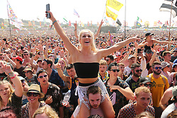 © Licensed to London News Pictures. 29/06/2019. Glastonbury , UK. Crowds enjoy Lewis Capaldi in the sunshine at Glastonbury Festival in Somerset. Photo credit: Jason Bryant/LNP