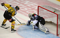 21.10.2016, Albert Schultz Halle, Wien, AUT, EBEL, UPC Vienna Capitals vs Dornbirner Eishockey Club, 12. Runde, im Bild Jonathan Ferland (UPC Vienna Capitals) und Florian Hardy (Dornbirner Eishockey Club) // during the Erste Bank Icehockey League 12th Round match between UPC Vienna Capitals and Dornbirner Eishockey Club at the Albert Schultz Ice Arena, Vienna, Austria on 2016/10/21. EXPA Pictures © 2016, PhotoCredit: EXPA/ Thomas Haumer