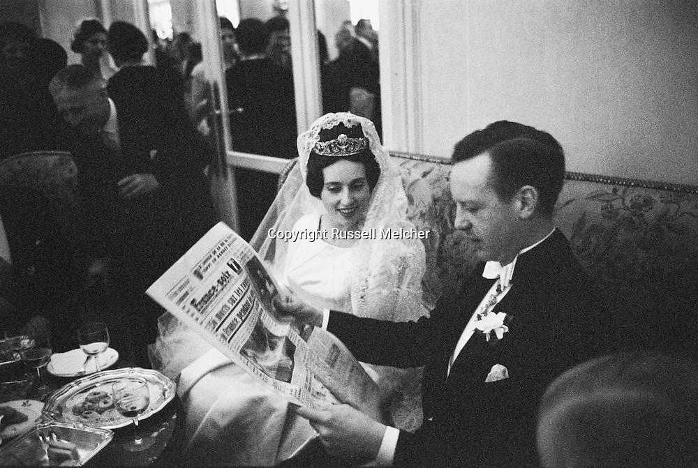 After the wedding,during the reception in the H&ocirc;tel Ritz, Fran&ccedil;ois and Edouard look i the local paper:<br />