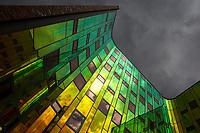 Deventer L'Arc en Ciel (Regenboog). Aan de binnenkant van het gebouw van I'M Architecten (2004), is de gevel van spiegelend glas. De kleur verandert met de kijkhoek. Van groen tot oranje.