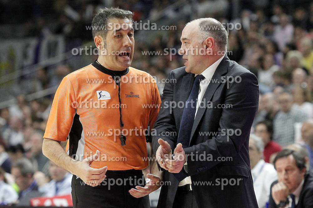 12.04.2015, Palacio de los Deportes, Madrid, ESP, Liga ACB, Real Madrid vs FC Barcelona, im Bild Real Madrid's coach Pablo Laso have words with the referee // during Liga Endesa ACB match between Real Madrid and FC Barcelona at the Palacio de los Deportes in Madrid, Spain on 2015/04/12. EXPA Pictures &copy; 2015, PhotoCredit: EXPA/ Alterphotos/ Acero<br /> <br /> *****ATTENTION - OUT of ESP, SUI*****