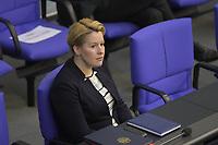 DEU, Deutschland, Germany, Berlin, 23.04.2020: Bundesfamilienministerin Dr. Franziska Giffey (SPD) bei einer Plenarsitzung im Deutschen Bundestag. Im Mittelpunkt der Debatten standen die Maßnahmen der Bundesregierung zur Bekämpfung der Folgen der Corona-Krise. Um Ansteckungen von Abgeordneten mit dem Coronavirus zu vermeiden, darf nur jeder Dritte Stuhl besetzt werden, zwei Plätze dazwischen müssen frei gehalten werden.