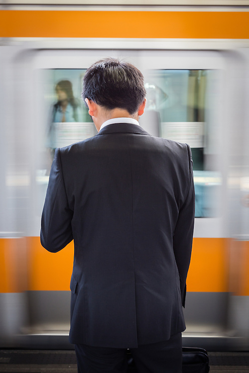 Everyday Tokyo witnesses the coming and going of the salarymen, while they walk or take a train to their workplaces.
