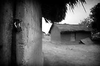 Honderden families vluchtten in de nacht van 17 op 18 april 2009 Paoua uit, na geruchten dan de PG er aan kwam. ..Omringd door Chad, Darfur en de Democratische Republiek Congo ligt de Centraal Afrikaanse Republiek. In lijn met de buren wordt ook dit land verscheurd door interne conflicten. Verschillende rebellengroepen zijn in een permanente oorlog met de regering verwikkeld. Duizenden dorpen zijn door, vooral het leger, maar ook door andere milities afgebrand. De bevolking is gevlucht..Het enige verschil is dat de wereld hier niet in gei?nteresseerd lijkt. Het is een van de armste landen ter wereld, de economie ligt al decennia op zijn gat en zelfs de meeste hulporganisaties lopen met een grote boog om het land heen. ..De Centraal Afrikaanse Republiek (CAR) telt een hoog aantal interne vluchtelingen. Niemand weet hoeveel want vluchtelingen worden niet geregistreerd. Er is maar e?e?n vluchtelingenkamp voor interne vluchtelingen in het land, dat zo groot is als Frankrijk. De meerderheid van de vluchtelingen zijn het geweld van rebellen en het nationale leger ontvlucht door in de 'bush' te verdwijnen. Daar leven hele gemeenschappen in kleine rieten hutjes verstopt onder de kale bomen. Op kleine stukjes land wordt cassave verbouwd. Dat is ook het voornaamste voedsel dat men eet. Het eenzijdige voedselpatroon manifesteert zich vooral in kinderen met opgezwollen buikjes. De kindersterfte is met 167 op 1000 een van de hoogste in de wereld.
