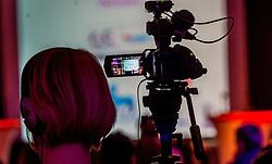 08-04-2016 NED: Challenge Diabetes on Tour, Arnhem<br /> Vandaag was de presentatie van de ploeg dat de roze trui in Milaan gaat ophalen. Op maandag 25 april 2016 vertrekken ze met een team bestaande uit mensen met diabetes en een begeleidingsteam naar Milaan. Na het overhandigen van de roze trui fietsen ze van 26 april t/m 3 mei in 8 dagen 1.190 km van Milaan naar Gelderland om daar op 4 en 5 mei 2016 een promotietour met de roze trui door de provincie te maken. Op 5 mei 2016 wordt de roze trui, vlak voor de ploegenpresentatie op het Marktplein in Apeldoorn, overhandigd aan de provincie / Media pers camera