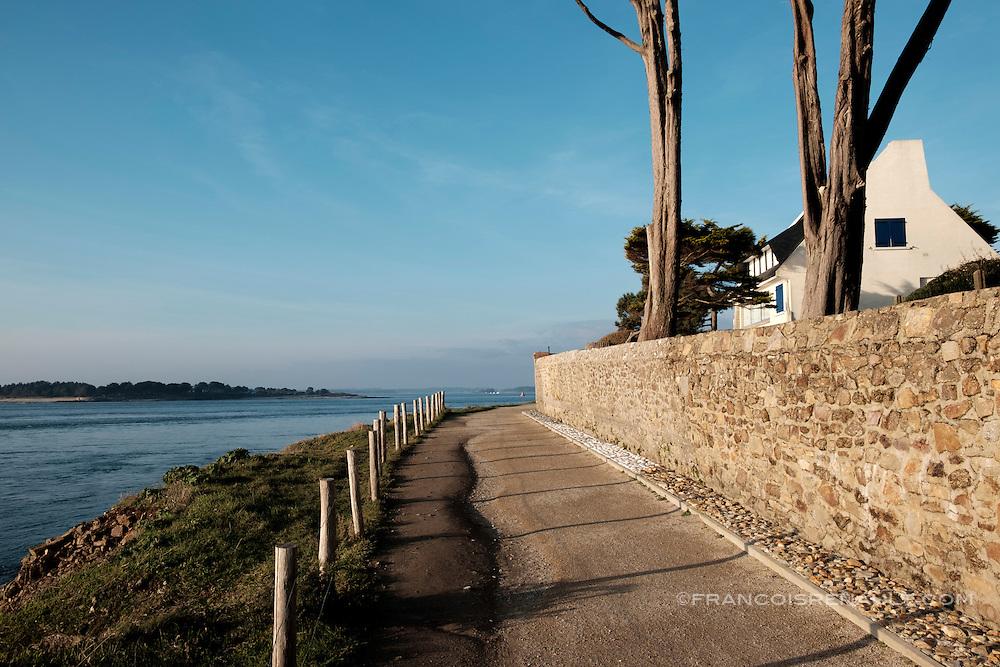 Sentier côtier, Port-Navalo, Bretagne, France.