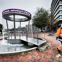 Nederland, Schiedam , 7 november 2012..prieeltje stationsplein met draaiende tekstregels in ledlicht..Poetry Pavillion heet het prieel en het kunstenaarspaar Martin en Inge Riebeek.Foto:Jean-Pierre Jans