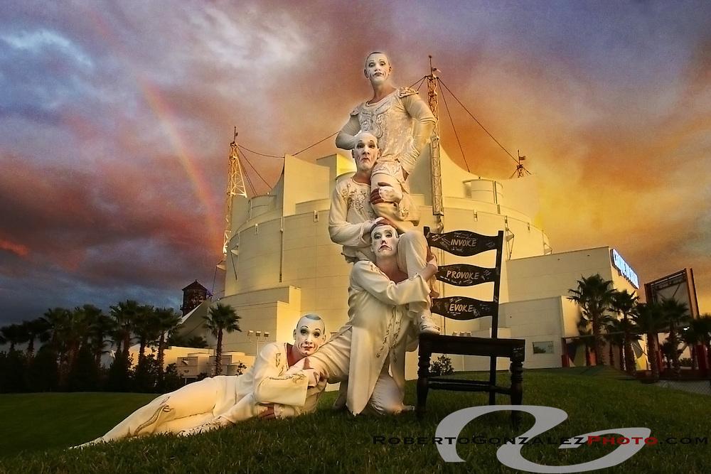 Cirque du Soleil, La Nouba performers Les Cons in Orlando, Monday, November 19, 2001.   (Roberto Gonzalez/The Orlando Sentinel)<br /> sentinel