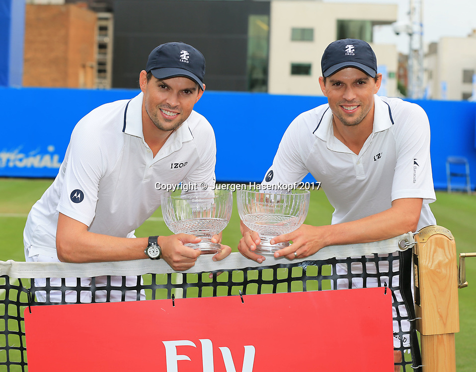 BOB and MIKE BRYAN mit Pokal Finale, Endspiel<br /> <br /> Tennis - Aegon International Eastbourne - ATP -  Devonshire Park Lawn Tennis Club - Eastbourne -  - Great Britain  - 30 June 2017. <br /> &copy; Juergen Hasenkopf