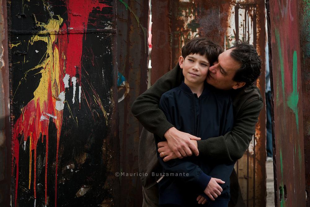 """Familie Wächter. Schauspieler Max Wächter floh vor den Nazis – sein schwedischer Großneffe Jonatan (11) präsentiert nun am Freitag als Schauspieler den Film """"Simon"""" auf dem Filmfest Der elfjährige Jonatan spielt im Film """"Simon"""", der am Donnerstag ins Kino kommt. Simon begibt sich auf die Suche nach seinen Eltern, deutschen Juden. Das Gleiche machte übrigens Jonatans Vater. Seine jüdischen Vorfahren stammten aus Hamburg."""