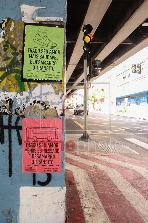Cartazes espalhados sob o Elevado Costa e Silva, o Minhocão, no Centro de São Paulo, alertam para o Dia Mundial Sem Carro, que ocorre amanhã.