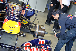 14.05.2011, Red Bull Ring, Spielberg, AUT, RED BULL RING, SPIELBERG, EROEFFNUNG, im Bild Mechaniker treffen Vorbereitungen an einem Formel 1 Auto //  Engineers preparing a formular 1 racing car during the official Opening for the Red Bull Circuit in Spielberg, Austria, 2011/05/14, EXPA Pictures © 2011, PhotoCredit: EXPA/ S. Zangrando