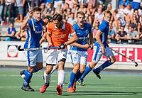 UTRECHT - Martijn van Grimbergen (Bldaal) met Sander de Wijn (Kampong) en Derck de Vilder (Kampong)   tijdens   de hoofdklasse competitiewedstrijd mannen, Kampong-Bloemendaal (2-2) .  COPYRIGHT   KOEN SUYK