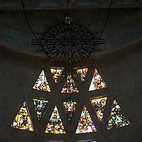 Vitrales sobre altar del Templo Votivo Virgen de la Coromoto, Estado Portuguesa, Venezuela.