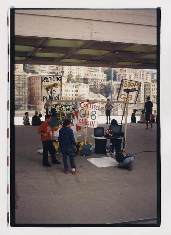 Proteste contro il summit del G8, Genova luglio 2001. 18 luglio, ingresso dello stadio Carlini, campeggio dei Disobbedienti.