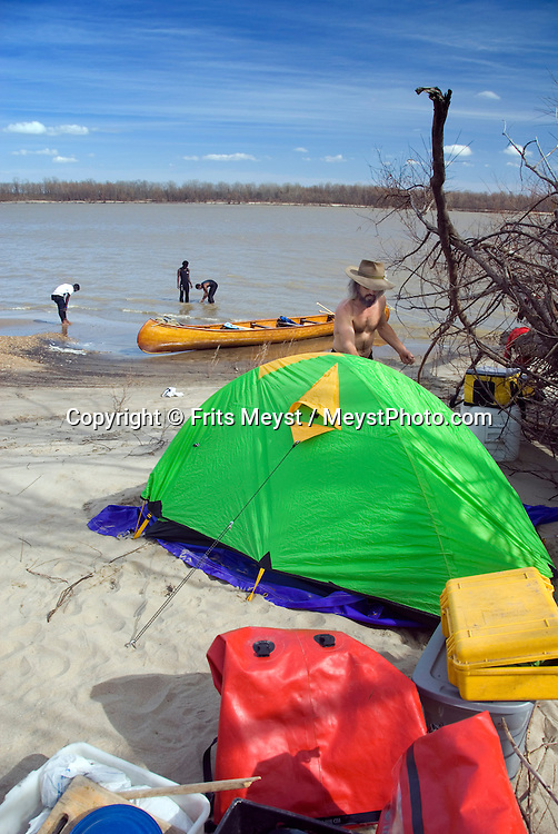 Clarksdale, Mississippi, USA, February 2009. John Rusky sets up camp on a sandbar in the middle of the river. Canoeing the mighty Mississippi River with John Ruskey's Quapaw Canoe Company is an exhilarating experience. Photo by Frits Meyst/Adventure4ever.com