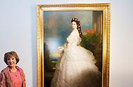 APELDOORN - Prinses Margriet verricht opening tentoonstelling 'Sisi, sprookje & werkelijkheid' te Paleis Het Loo Op donderdag 9 april vindt op Paleis Het Loo in Apeldoorn de opening van de tentoonstelling 'Sisi, sprookje & werkelijkheid' plaats.Hare Koninklijke Hoogheid Prinses Margriet der Nederlanden opent de tentoonstelling en bekijkt deze als eerste. Zij wordt hierbij vergezeld door Aartshertog Michael von Habsburg-Lothringen, de achterkleinzoon van Keizerin Elisabeth. Keizerin Elisabeth is algemeen bekend onder haar bijnaam Sisi met Pia Douwes: Ik begreep Sissi steeds meer