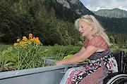 Nicole Niquille, n&eacute;e le 13 mai 1956 &agrave; Fribourg, est une guide de montagne et alpiniste suisse. Elle est la premi&egrave;re Suissesse &agrave; avoir obtenu le dipl&ocirc;me de guide de montagne. Aujourd'hui en chaise roulante, elle s'engage au sein de la fondation LUKLA pour la construction d'un Hopital au N&eacute;pal. <br /> Nicole Niquille war eine begnadete Alpinistin und wurde vor 25 Jahren zur ersten Bergf&uuml;hrerin der Schweiz. 8 Jahre sp&auml;ter erlitt sie beim Pilzesammeln einen Unfall und lebt seither im Rollstuhl. Als Pr&auml;sidentin der Stiftung LUKLA  engagiert sie sich f&uuml;r den Aufbau eines Spitals in Nepal. &copy; Romano P. Riedo | fotopunkt.ch