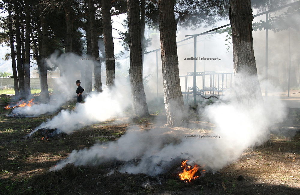 Im Frauengefaengnis von Tiflis brennen Gefangene trockenes Gras nieder, um den Innenhof des Knastes sauber zu halten.  inmates clean up a yrad inside Tbilissi´s Woman Prison, Georgia.