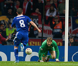 MOSCOW, RUSSIA - Wednesday, May 21, 2008: Chelsea's Frank Lampard scores the equaliser against Manchester United's goalkeeper Edwin van der Sar during the UEFA Champions League Final at the Luzhniki Stadium. (Photo by David Rawcliffe/Propaganda)