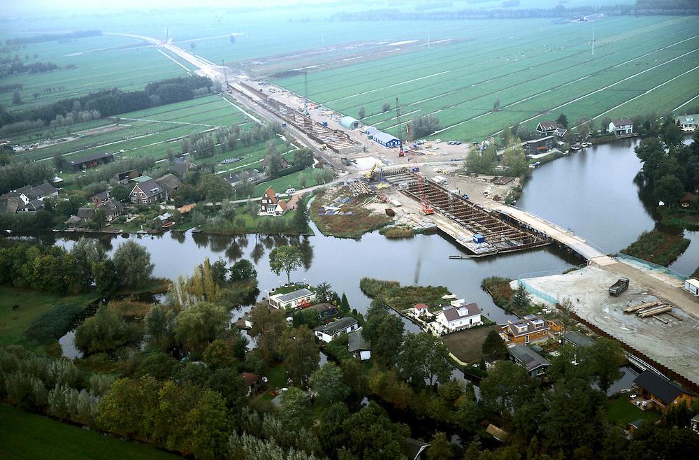 Nederland, riviertje de Giessen (ten N van Hardinxveld - Giessendam), 17-10-2001; aanleg tunnel Betuweroute, ter plaatse van recreatiegebied met campings met tuinhuisjes; tunnel wordt niet geboord maar gebouwd dmv 'cut and cover', riviertje blijft ondertussen bevaarbaar.recreatie toerisme vrije tijd landschap infrqastructuurNederland, 17-10-2001.