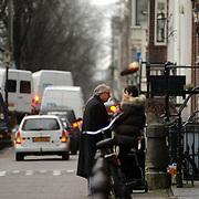 NLD/Amsterdam/20061220 - Cabaratier Youp van 't Hek voor zijn huis Prinsengracht Amsterdam in gesprek met een buurtgenoot