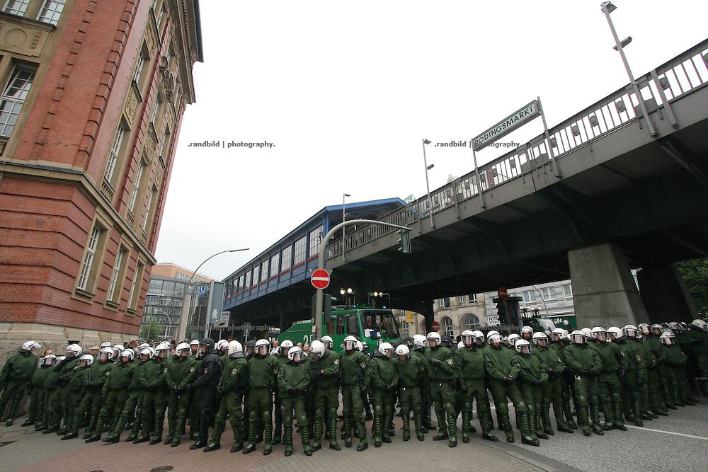 Mehrere tausend Globalisierungsgegner demonstrierten in Hamburg gegen das EU-Asien-Außenministertreffen (ASEM). Beim ASEM-Treffen kamen die Minister aus 43 europäischen und asiatischen Ländern in der Hansestadt zusammen. Mehrere tausend Polizeibeamte riegelten die Hamburger Innenstadt rund um den Veranstaltungort ab.Nach dem Demonstration gegen das ASEM-Treffen kam es im Schanzenviertel zu Ausschreitungen mit der Polizei. Barrikaden wurden errichtet und Wasserwerfer gegen Demonstraten eingesetzt.  Serveral thousand globalisation opponents demonstrated against the Asia-Europe-Meeting (ASEM) in Hamburg, where 43 minister hold the conference. The police bolt the conference centre in the city of Hamburg in a wide corridor. After the Demonstration serveral hundret People built barricades on the streets. The police used water cannons to strike down the riots.