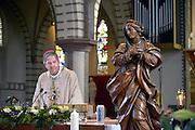 Nederland, Millingen aan de Rijn, 4-10-2015Vanwege de inzegening van een Mariabeeld is hulpbisschop Rob Mutsaers van Den Bosch in Millingen. Mutsaerts was eerder pastoor in deze parochie.FOTO: FLIP FRANSSEN/ HH