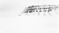Karakteristiske fjellformasjoner ved Bjonapynten ytterst i Tempelfjorden på vestkysten av Spitsbergen, Svalbard. Mars.