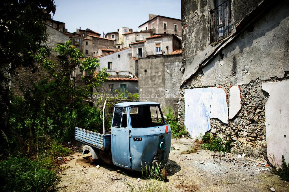 Verbicaro, Italia - 4 giugno 2011. Un veicolo da lavoro giace abbandonato nel centro storico del paese di Verbicaro in Calabria..Ph. Roberto Salomone Ag. Controluce