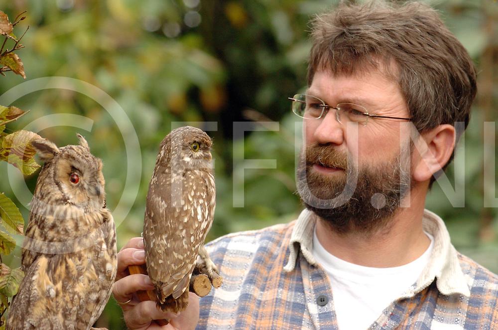 061021 Nieuwleusen nederland<br /> Lassche met zijn opgezette uilen.<br /> fotografie frank uijlenbroek&copy;2006 frank uijlenbroek