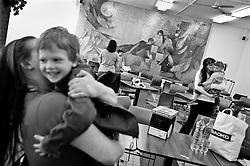 """""""Dopady vezneni rodicu na jejich potomky ma mnoho podob. Zasadnim problemem je nahle preruseny kontakt ditete s rodicem. Detem casto nebyva jasna a dostatecne vysvetlena jejich nova situace, proto mivaji  strach o zivot a zdravi rodice, dochazi i k sebeobvinovani se za jeho uvezneni. Deti se musi casto vyrovnavat se zmenou zivotniho prostredi, nebot po uvezneni rodice ziji u príbuznych, ale casto take v detskych domovech nebo v pestounske peci. Tyto situace a dalsi traumata, jez se s uveznenim rodice poji, mohou vest k opozdeni nebo porucham zdraveho psychosocialniho vyvoje ditete nebo k jeho psychicke deprivaci."""" .- z textu """"Deti veznenych rodicu"""", Cesky helsinsky vybor -                                                      * Maly Ladik byl umisten do ustavu ve strednich Cechach, pote co matka nastoupila vykon trestu ve veznici. Ladik se jedenkrat za dva az tri mesice  brzy rano v doprovodu ustavni """"tety"""" vydava na 160 km dlouhou cestu """"tam"""", aby mohl na dve az tri hodiny videt svoji matku. Navsteva je povolena jen v pripade, ze odsouzena splnuje veskere podminky a nema kazenske prohresky.                                                   .Ladik po peclive vezenske kontrole, je spolecne s ostatnimi detmi podobneho osudu, vpusten do navstevni mistnosti, kde se na par hodin setkaji s maminkami..."""