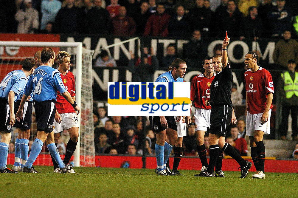 Fotball<br /> Premier League 2004/05<br /> Manchester United v Manchester City<br /> 7. november 2004<br /> Foto: Digitalsport<br /> NORWAY ONLY<br /> ALAN SMITH (MANCHESTER UNITED) IS SENT OFF BY GRAHAM POLL