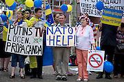 Frankfurt am Main | 05 July 2014<br /> <br /> Am Samstag (05.07.2014) demonstrierten am Domplatz in Frankfurt am Main etwa 25 Menschen f&uuml;r die Unabh&auml;ngigkeit der Ukraine und gegen den Einfluss von Russland.<br /> Hier: Teilnehmer der Demo mit verschiedenen Transparenten.<br /> <br /> [Foto honorarpflichtig, kein Model Release]<br /> <br /> &copy;peter-juelich.com