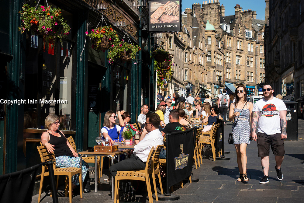 Busy bar with outside seating in summer on Cockburn Street in Old Town Edinburgh, Scotland, UK