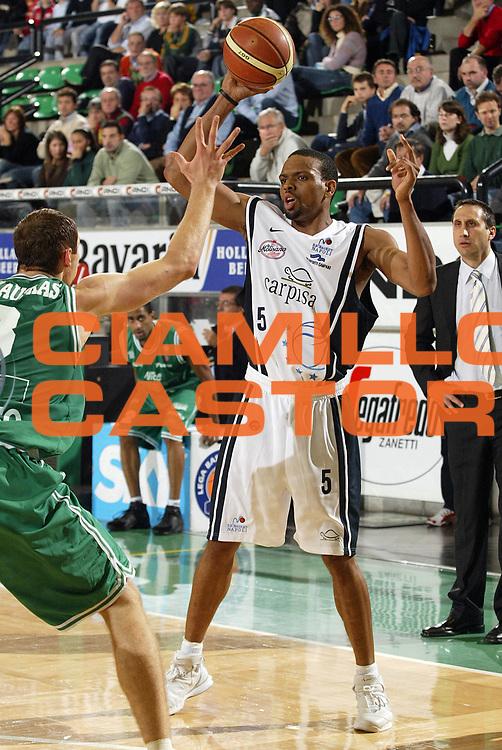 DESCRIZIONE : Treviso Lega A1 2005-06 Benetton Treviso Carpisa Napoli<br /> GIOCATORE : Morandais<br /> SQUADRA : Carpisa Napoli<br /> EVENTO : Campionato Lega A1 2005-2006<br /> GARA : Benetton Treviso Carpisa Napoli<br /> DATA : 06/11/2005<br /> CATEGORIA : Passaggio<br /> SPORT : Pallacanestro<br /> AUTORE : Agenzia Ciamillo-Castoria/E.Pozzo