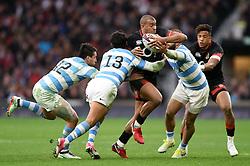 Jonathan Joseph of England takes on the Argentina defence - Mandatory byline: Patrick Khachfe/JMP - 07966 386802 - 11/11/2017 - RUGBY UNION - Twickenham Stadium - London, England - England v Argentina - Old Mutual Wealth Series International